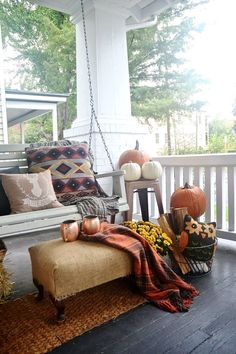 - Fall Rugs - Ideas of Fall Rugs Fall front porch rustic fall decor. - Fall Rugs - Ideas of Fall Rugs Rustic Fall Decor, Fall Home Decor, Autumn Home, Diy Autumn, Halloween Veranda, Halloween Porch, Halloween Ideas, Porche D'halloween, Balcony Design