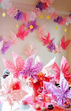 Fun DIY project for a butterfly birthday party - pretty paper butterfly napkins! Butterfly Birthday Party, Fairy Birthday, Baby Shower Decorations, Birthday Decorations, Table Decorations, Butterfly Crafts, Butterfly Project, Diy Party, Party Ideas