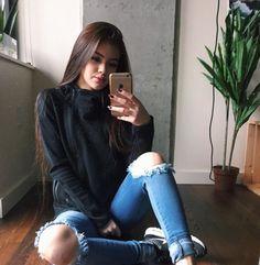 Jeans Rasgado e Blusa de manga, Look de frio super estiloso e bem quentinho para aproveitar o dia mesmo com toda simplicidade dessas peças 《 @Lariifreitas 》