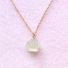 淡いグリーンが綺麗なプレナイトの薔薇の形をした、可愛らしいネックレスです☆ プレナイトは、エネルギー面と現実面の両方において、整理やお掃除をしてくれるお石です...|ハンドメイド、手作り、手仕事品の通販・販売・購入ならCreema。