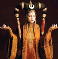 Natalie Portman as Queen Padmé Amidala: The young queen of Naboo at 14 years of age --- Star Wars Episode I: The Phantom Menace, a 1999 American epic space opera film written and directed by George Lucas. Cosplay Star Wars, Costume Star Wars, L Cosplay, Star Wars Padme, Princesse Amidala, Reina Amidala, Padmé Amidala, Natalie Portman, Dark Autumn
