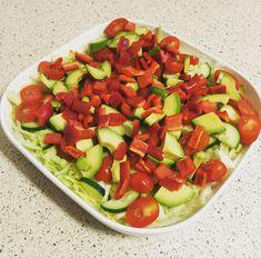 Lækker og frisk LCHF avocado-salat med tomater, peberfrugt,iceberg og agurk. Se den nemme opskrift på lækker avocado-salat her på nemlchf.dk.
