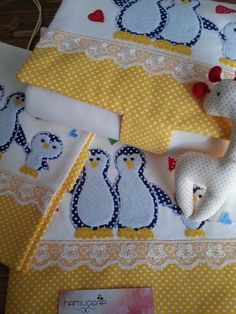 I Sewed the Penguin Applique Bottom Opening Set :) - daria Applique, Sewing School, Patch Aplique, Baby Crib Bedding, Free Machine Embroidery Designs, Kids Pillows, Quilt Patterns Free, Baby Quilts, Diy And Crafts