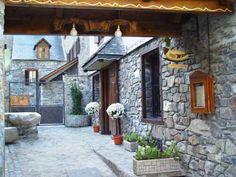 Hotel Casa Estampa: Petit i confortable hotel de tres estrelles, totalment reformat, antigament Hostal Casa Estampa, amb més de 30 anys d'experiència  Situat a Escunhau, un petit poble a 2 km de Vielha (capital de vall i centre comercial) i a 11 km de l'estació d'esquí de Baqueira Beret.  Al restaurant a la carta, de gran tradició a la vall, podran degustar els plats típics de la cuina de la zona, com l'olla aranesa, el civet, les carns a la brasa, etc., en un ambient acollidor amb llar de…