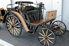 Benz Dos-a-Dos, fut produite de 1899 à 1901, vitesse maximum de 37 km/h, longueur 3.3 m, largeur 1.85 m, 4 version moteur 2 cyl. 1.7L 5ch - 2 cyl. 2.7L 8ch, 9ch et 10ch pour cette voiture.