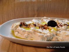Malzemeleri ; * 250-300 gr süzme yoğurt *2-3 yemek kaşığı beyaz peynir rendesi * kuru nane * sızma zeytinyağı * 2-3 diş sarımsak
