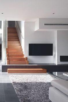 Idée : Mettre la tv côté escalier. Utiliser la dernière marche pour créer un meuble tv