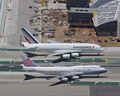 B-747-400 y A380-800 dos aviones comerciales gigantes, dos aviones que compiten entre si en potencia, capacidad de pasajeros, distancias y carga. Un avion europeo y uno estadounidense....lo mas avanzado en tecnologia aeronautica, aviones que despiertan pasiones de todo tipo.