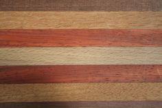 De langwerpige brood/kaasplankjes zijn er ook met beuken in plaats van esdoorn en sucupira in plaats van sipo mahonie.