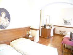 La bellissima camera a letti separati con tendaggi eleganti