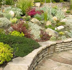 Ein Garten Braucht Nicht Viele Felsen, Natürliche Struktur Zu Erreichen.  Ein Paar Gut Platzierten
