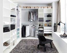 wunderschönes Zimmer mit weißen Kleiderschränken
