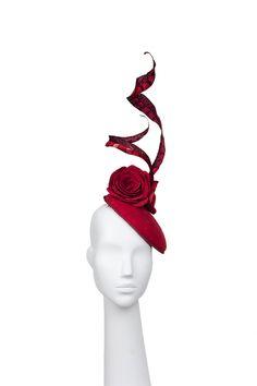 Tocado rosas rojas. Headdress red roses. Buckram piel. leather. Laura Delgado designer millinery and accesories