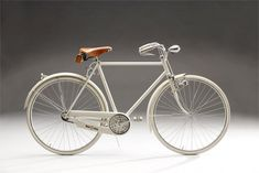 Sper­ni­celli Bici­clette has a fan­tas­tic col­lec­tion of vin­tage Ital­ian city bikes, like this 1930 Bianchi. Absolutely beautiful!