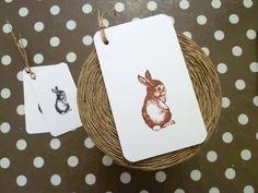 Des étiquettes tags artisanales créées dans du papier épais, imprimés au tampon avec leur ficelle de lin naturel ... c'est bylfdp