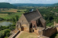 Acima do rio Dordonha, a capela, do século XIII, do Castelo de Beynac, do século XVII, em Beynac-et-Cazenac, no departamento de Dordonha, região da Aquitânia, França. Fotografia: Jebulon.