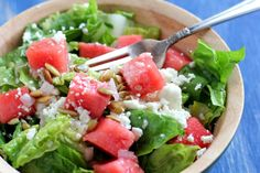 Watermelon, Feta & Pepita Salad with a Sweet Lime Vinaigrette Definitely gonna try this very soon Salad Recipes, Healthy Recipes, Drink Recipes, Healthy Meals, Healthy Food, Watermelon And Feta, Lime Vinaigrette, Feta Salad, Big Salad