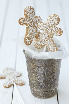 gingerbread men cookies on a stick, gingerbread cookie pips, white sprinkled gingerbread