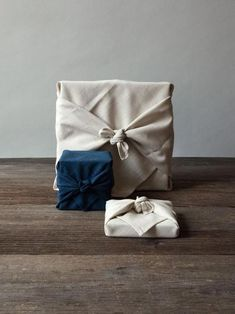 Furoshiki is a traditional Japanese wrapping cloth that is used to wrap all sorts of objects, often in elaborate shapes. In Japanese culture, furoshiki function Diy Holiday Gifts, Diy Gifts, Handmade Gifts, Wrap Gifts, Handmade Headbands, Christmas Gift Wrapping, Christmas Diy, Homemade Christmas, Christmas Wedding