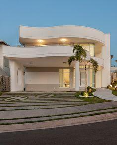 100 fachadas de casas modernas e incríveis para inspirar seu projeto Gate Design, Front Design, House Design, Future House, My House, Driveway Design, House Paint Exterior, Entrance Gates, Facade House