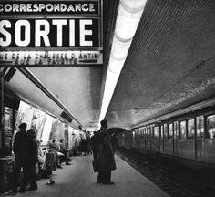The métro Paris Janine Niepce Paris Photos, Photos Du, Old Photos, Vintage Photos, Metro Subway, Nyc Subway, Andre Kertesz, Liberation Of Paris, Metro Paris