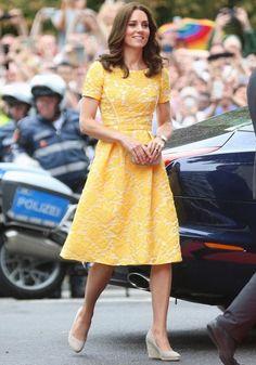 20 de julho de 2017 -Kate apostou em um vestido bem delicado da estilista Jenny Packham, com aplicação de renda e saia ampla, para um encontro com o prefeito da cidade alemã de Heidelberg. A nuance suave de amarelo é perfeita para o verão europeu.