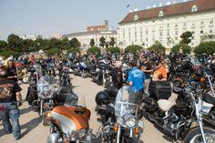 Am Heldenplatz war beim Start der Harley-Charity-Tour die Hölle los (c) ROBIN CONSULT, Mikes