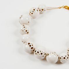 Collar bolas  Collar diseñado por Daniel Zelig. Realizado en cerámica, con detalle en latón cromado.    Precio: 150  --> € 120 €  Precio amigo: 97,50 €    http://tienda.guggenheim-bilbao.es/