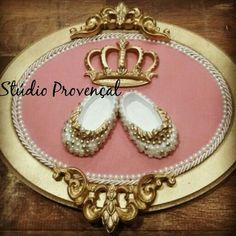 Quadro oval em linho com sapatinho pérolas e côroa com strass. Um luxo para sua princesa!!!  Medidas: 24x30 cm Enviamos para todo Brasil!  R$ 200 Encomendas e orçamentos pelo whasapp ☎ (12) 981695078