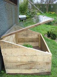 Een buiten kas om bijvoorbeeld groenten te kweken.  Gemakkelijk gemaakt van pallets of oude planken.