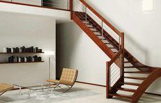 escalera de madera muy bonita en el salón