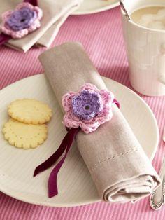 Mit Häkelblumen können Sie die Servietten auf dem Frühstückstisch einfach aufhübschen. Und mit dieser Anleitung können Sie die Blüten ganz schnell nachhäkeln ...