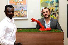 Djadji Diop urodził się w 1973 roku, w Dakarze w Senegalu. Mieszka i pracuje w Paryżu. Przybył do Francji w 1994 r. Pasjonował się filmami animowanymi. Sam siebie widział jako rysownika komiksów. Wtedy postanowił i przekonał rodziców, aby wysłali go na studia sztuki do Paryża, gdzie będzie rozwijał swoje powołanie jako rzeźbiarz. Dzięki klasom przygotowawczym, sukcesywnie odkrywał tajniki rzeźby i jej zmienność.