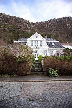 - Du må nok være spesielt interessert for å bo her - Aftenposten Scandinavian Design, Villa, Mansions, House Styles, Home Decor, Decoration Home, Manor Houses, Room Decor, Villas