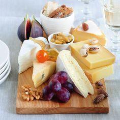 Käseplatte mit Früchten, Nüssen und Apfelsenf