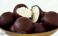 Bounty golyó recept fotóval - Hozzávalók 28-30 db golyóhoz:      20 dkg kókuszreszelék     10 dkg porcukor     2 cs vaníliás cukor     10 dkg mascarpone     1 tábla csokoládé (60%-os)
