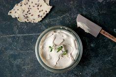 Crackers de almendra y tomillo y dos recetas para acompañarlas