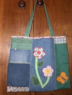 Bolsa jeans bordada a mão,acolchoada com manta acrílica e forrada de algodão crú. Todas as bolsas mostradas são fechadas por ziper. Tempo para produção 10 dias. R$60,00