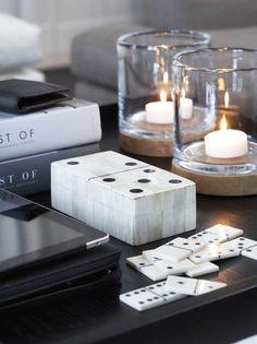Stylen Sie Spiele! Es erinnert den Besucher an gesellige Abende mit Familie und Freunden.