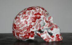 "Olin tribu x NooN ""Fleurs Rouges"" Porcelain Skull Sculptures Sculptures, Lion Sculpture, Skull Pictures, Ghost In The Machine, Art Archive, Crystal Skull, Skull Design, Designer Toys, Skull And Bones"