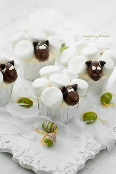 Little sheep cupcakes Lamb Cupcakes, Sheep Cupcakes, Easter Cupcakes, Cute Cupcakes, Easter Cookies, Easter Treats, Cupcake Cakes, Baking Cupcakes, Marshmallow Cupcakes
