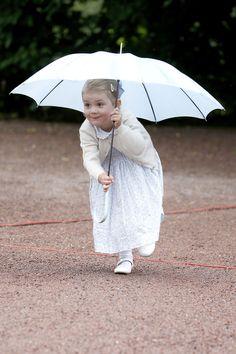 Süßer Blickfang in Himmelblau! Für den 38. Geburtstag ihrer Mama Kronprinzessin Victoria schmiss sich Mini-Prinzessin Estelle von Schweden ganz besonders in Schale ...