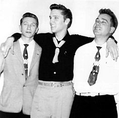 Scotty Moore, Elvis Presley and Bill Black (pic from Nov. ~ July 1954 - Elvis Signs His Very First Recording Contract With Sun Records.and A Managing Contract With Guitarist Scotty Moore. - Elvis Also Quit His Job As A Truck Driver with Crown Electric. Rock And Roll, Louisiana, Kentucky, Scotty Moore, Sun Records, Young Elvis, Buddy Holly, Elvis Presley Photos, Chuck Berry