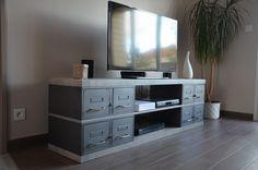 Fabrication de notre atelier: Une variante sur-mesure d'un meuble tv avec des plateaux grisés et des anciens tiroirs industriels. Salvaged Decor, My Workspace, Ideias Diy, Tv Unit, Furniture Collection, Master Bedroom, Sweet Home, Loft, House Design