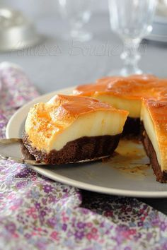 flan on top of chocolate cake French Desserts, Köstliche Desserts, Delicious Desserts, Yummy Food, Sweet Recipes, Cake Recipes, Dessert Recipes, Yummy Cakes, Cupcake Cakes