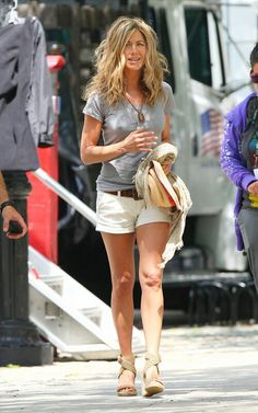 Jennifer Aniston Photos - Jennifer Aniston arrives on the set of 'The Bounty' with unruly hair. Looks like she is also feeling the effects of the chilly weather. - Jennifer Aniston on the Set of 'The Bounty' Jennifer Aniston Legs, Jennifer Aniston Pictures, Jennifer Anston, Summer Legs, Casual Summer, World Most Beautiful Woman, Beautiful Women, Wet T Shirt, Jennifer Connelly