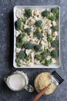 Jos pitäisi valita yksi kesäruoka ylitse muiden olisi se ehdottomasti runsaalla juustokerroksella kuorrutettu kaaligratiini kukkakaalista sekä parsakaalista ja tuoreesta tietenkin. Perinteiseen gratiiniinhan tehdään se maitokastike, mutta olen kokenut sen tarpeettomaksi, sillä kermalla ja tuhdilla juustokerroksella... Deli, Vegetable Recipes, Food Inspiration, Broccoli, Tapas, Cauliflower, Nom Nom, Side Dishes, Cabbage