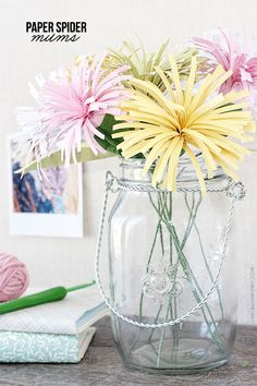 DIY Colorful Paper Spider Mums craft (a lovely craft that would be perfect for Spring or Mother's Day! Paper Flower Tutorial, Paper Flowers Diy, Handmade Flowers, Flower Crafts, Diy Paper, Fabric Flowers, Free Paper, Diy Fleur Papier, Papier Diy