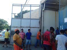 JORNAL O RESUMO: Funcionários da CONSERCAF parados na porta da empr...