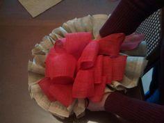 Paso a paso para elaborar una corona navideña con yute (arpillera o burlap), este tipo de tela destaca por su sencillez y su estilo rústico, además de ser sumamente económica y fácil de conseguir.